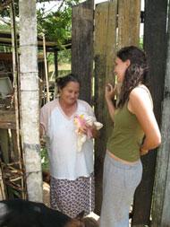 Bruna im Gespräch mit einer Bewohnerin