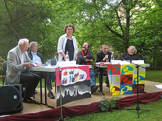 Studieren im Garten: Die Diskutanten mit Moderatorin: von links nach rechts - Prof. Friedhelm Hengsbach, Prof. Harald Wagner, Ronald Blaschke, Prof. Niko Paech, Prof. Uwe Hirschfeld.