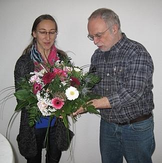 Reimund Acker übergibt Konstanze Richter Blumenstrauss